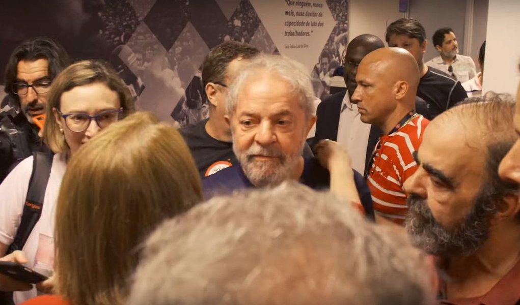 O cineasta Max Alvim, que já fez um documentário sobre a caravana de Lula no Nordeste, filmou as últimas cenas do ex-presidente no Sindicato dos Metalúrgicos do ABC antes de se apresentarà Polícia Federal para ser preso; Lula aparece abraçando e se despedindo dos presentes; o vídeo foi publicado com exclusividade pelo DCM