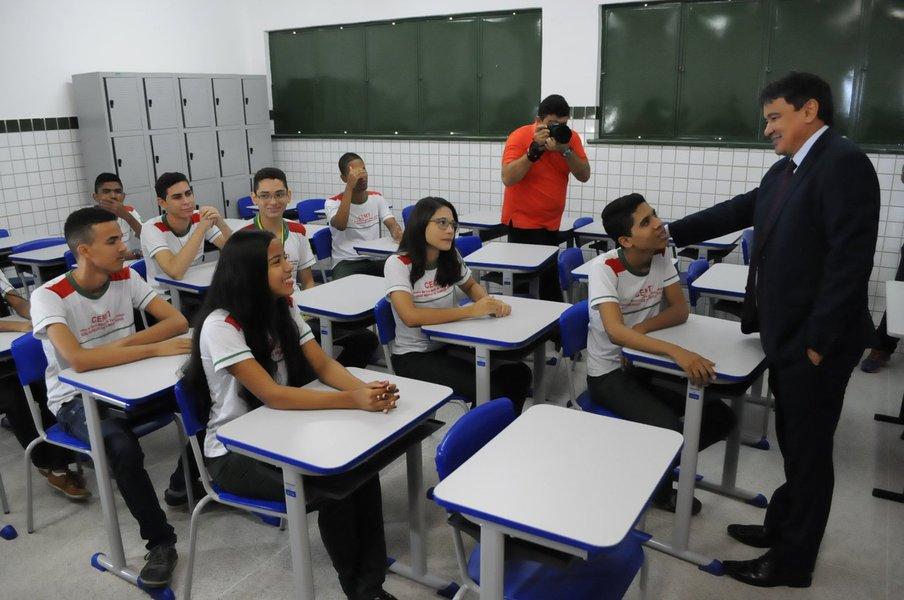 Problemas como o analfabetismo, evasão escolar e o baixo rendimento têm sido enfrentados; o Piauí atingiu a marca de 4.9 em 2015, superando metas do Ministério da Educação para os quatro anos seguintes; consequência é o melhor posicionamento no ranking dos estados da federação, que projetam o Piauí na 14ª posição entre as 18 maiores do país