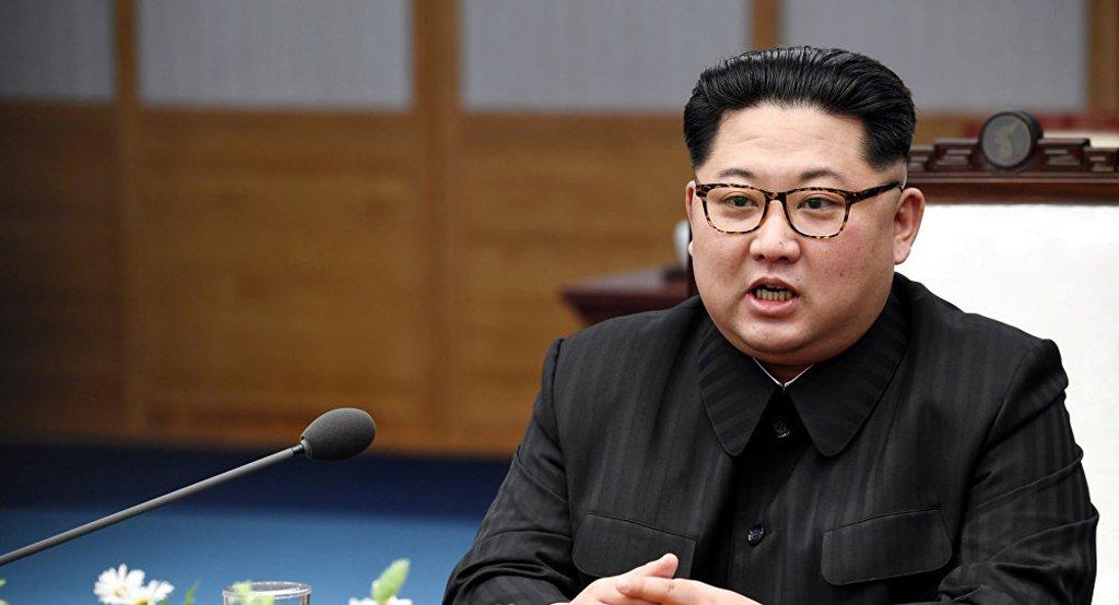 """O líder da Coreia do Norte, Kim Jong-un, encontrou-se em Pyongyang com o chanceler chinês, Wang Yi; Kim Jong-un apontou que a desnuclearização compreende uma """"posição firme da Coreia do Norte"""", frisando que Pyongyang gostaria de reestabelecer o diálogo na região; Wang Yi frisou que a China apoia plenamente astendências positivas que estão acontecendo na península da Coreia; Apoiaremos os esforços da Coreia do Norte de levar adiante a desnuclearezação"""", afirmou Wang Yi"""