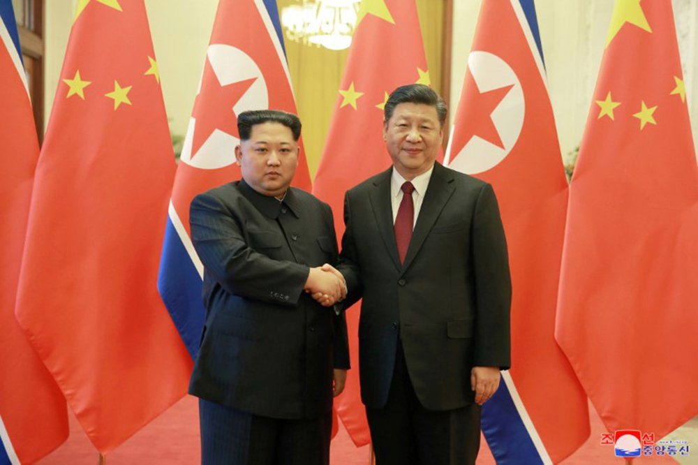 Líder norte-coreano, Kim Jong Un, cumprimenta presidente da China, Xi Jinping, em Pequim 28/03/2018 KCNA/via Reuters