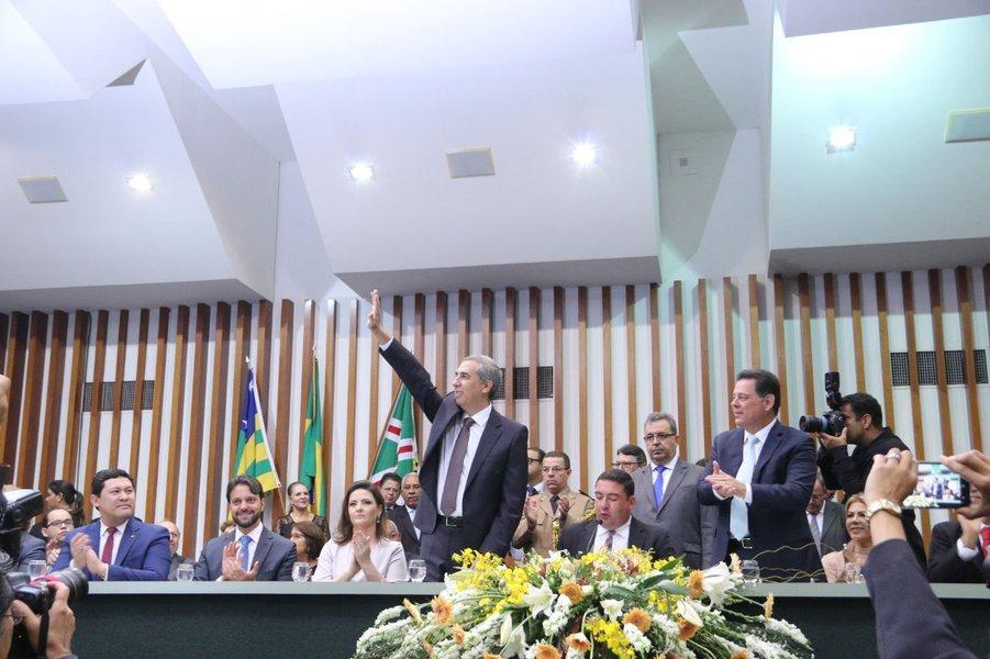 """""""A partir de hoje, a partir do novo Goiás nascido com Marconi Perillo, vamos inaugurar o novo tempo novo em Goiás, com esperança, sonhos e coragem"""", proclamou o governador de Goiás, Zé Eliton, num discurso emocionado ao tomar posse nesta manhã de sábado, na Assembleia Legislativa; segundo ele, a gestão tem como foco as pessoas, """"garantindo a todos, onde quer que tenham nascido nesse chão goiano, o direito elementar de terem oportunidades""""; Zé Eliton despediu-se do ex-governador Marconi Perillo exaltando o seu legado e garantiu: """"continuarei a fazer a mudança iniciada pelo tempo novo"""