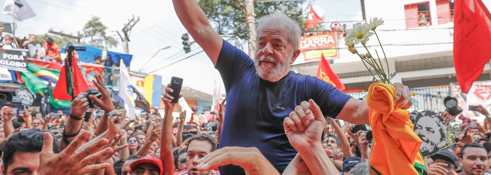 """Reunião de cúpula do PT definiu que o slogan """"Eleição sem Lula é fraude"""" deverá ser substituído por """"Lula livre""""; as notas oficiais do partido agora são assinadas com as frases """"Lula inocente/ Lula livre/ Lula presidente""""; a troca é vista como indício de que o PT não pretende boicotar as eleições, como o slogan anterior sugeria"""