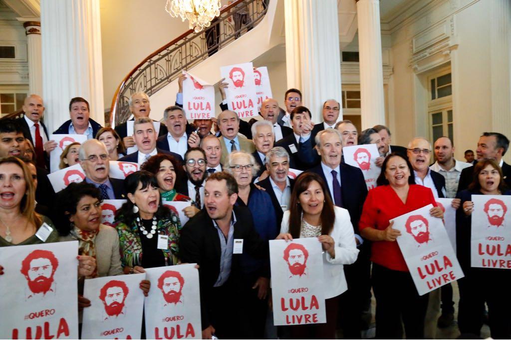 A solidariedade ao ex-presidente Lula continua fora do País; reunidos em Montevidéu, parlamentares do Mercosul pedira a liberdade do ex-presidente, condenado sem provas no processo do triplex em Guarujá (SP) e com prisão decretada sem o esgotamentos de todos os recursos judiciais