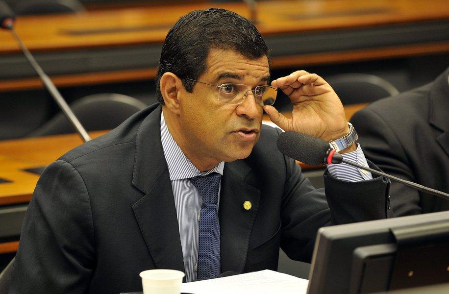 """O deputado federal Davidson Magalhães (PCdoB-BA) o decreto de prisão é uma marcha batida do """"regime de exceção"""" no país e a segunda parte do golpe; para ele, """"O show pirotécnico feito no Supremo Tribunal Federal (STF) estava combinado com o jogo do juiz Sergio Moro de hoje. As duas peças se encaixam em uma tentativa de estabelecer a agenda política que interessa a forças conservadoras do Brasil"""""""