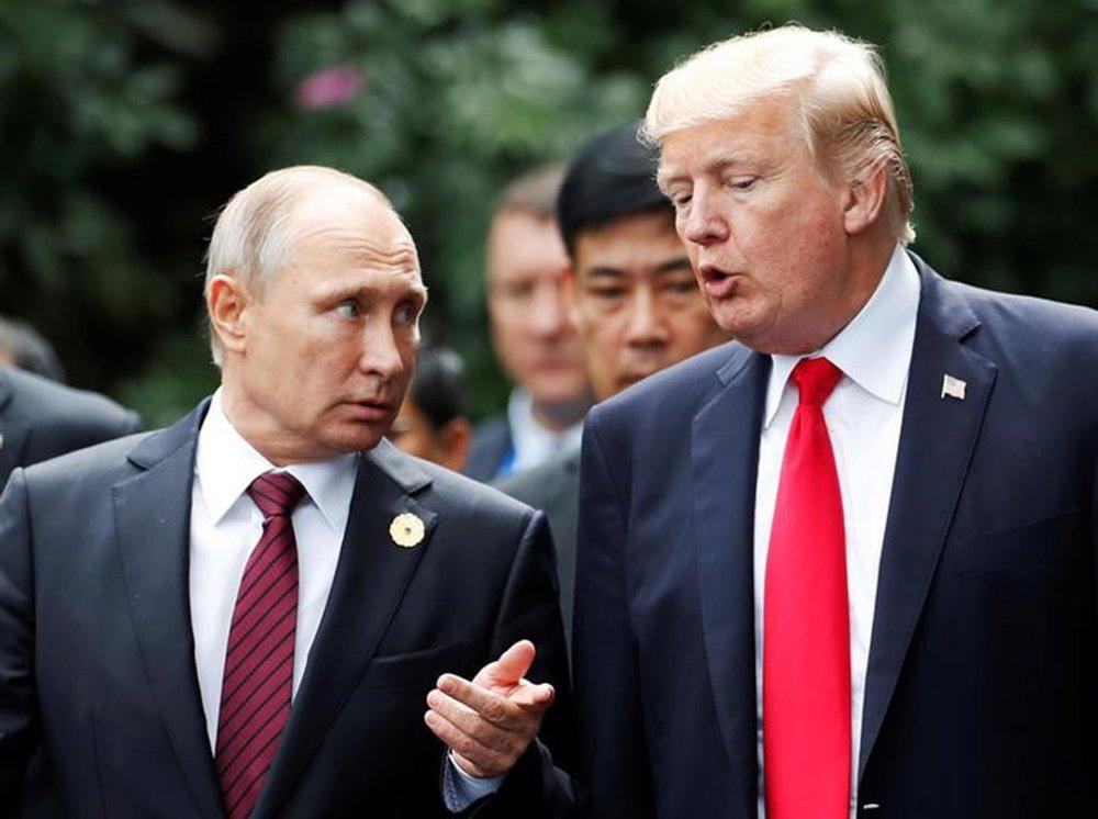 Presidente dos EUA, Donald Trump, e presidente russo, Vladimir Putin, durante cúpula da Apec no Vietnã 11/11/2017 REUTERS/Jorge Silva