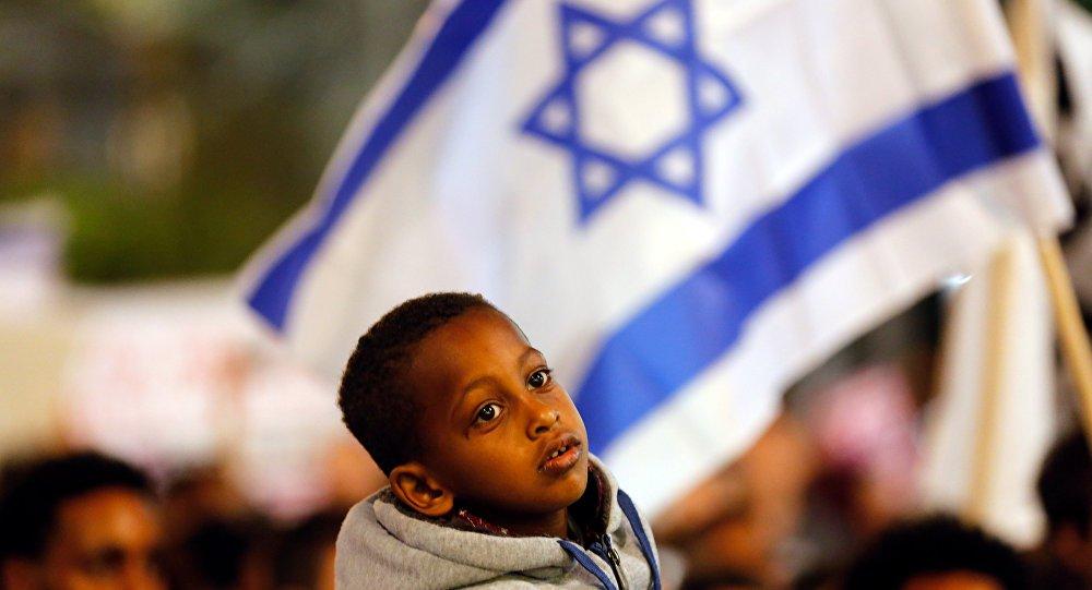 Cerca de 25 mil tomaram as ruas de Tel Aviv neste sábado (24), para protestar contra o plano do governo de deportar imigrantes da África em busca de asilo em Israel, segundo informou a mídia local.Em fevereiro, o primeiro-ministro israelense, Benjamin Netanyahu, anunciou o início do procedimento de deportação. No âmbito dos planos israelenses, cerca de 40 mil imigrantes africanos sem documentos devem deixar o país ou serem detidos por tempo indeterminado
