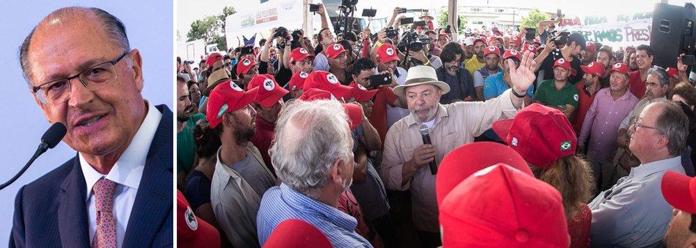 """""""O PSDB perdeu uma oportunidade histórica de se posicionar no campo democrático, na luta contra o fascismo e em defesa do Estado de Direito. O partido prova assumir uma trajetória não só hiper-conservadora, como também autoritária. O partido tucano não condenou categoricamente o atentado contra Lula. Ao contrário: ou aplaudiu ou silenciou e se omitiu. O PSDB se mostrou dividido entre 2 facções"""", critica o colunista Jeferson Miola; o governador de São Paulo, Geraldo Alckmin,minimizou o atentado e afirmou que """"o PT colhe o que plantou""""; depois, recuou e tentou consertar"""