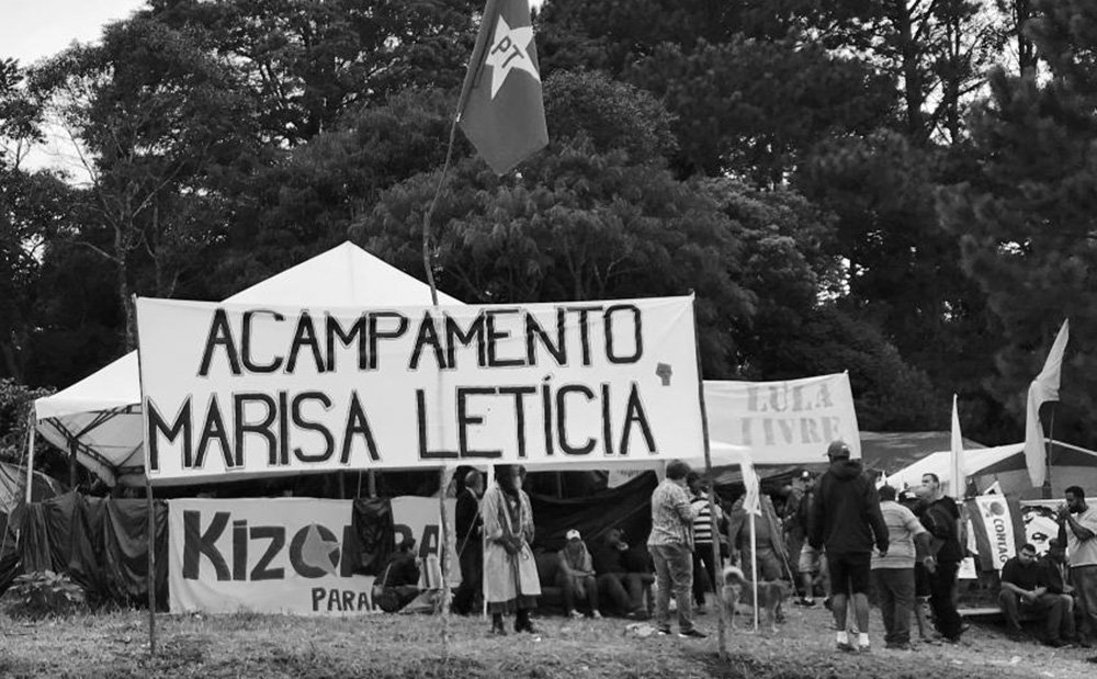 """""""O ataque a tiros contra o Acampamento Lula Livre, em Curitiba, é mais um sinal de que o neofascismo avança sobre a sociedade e as instituições. Não se combate a violência reacionária apenas com denúncias e protestos"""", escreve o jornalista Breno Altman; para ele, """"os partidos, movimentos e grupos progressistas não podem ser alvos inertes e descuidados a esses ataques, pendurados na ilusão de que o sistema de justiça, penetrado pelo neofascismo, irá combater a delinquência política e o terror de direita"""""""