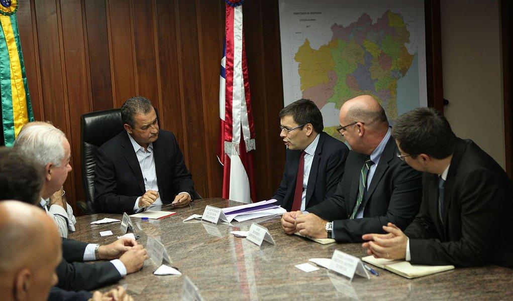 Governador Rui Costa em reunião com o Sr. Nicolas Notebaert CEO do Grupo Vinci Airports. Foto: Mateus Pereira/GOVBA