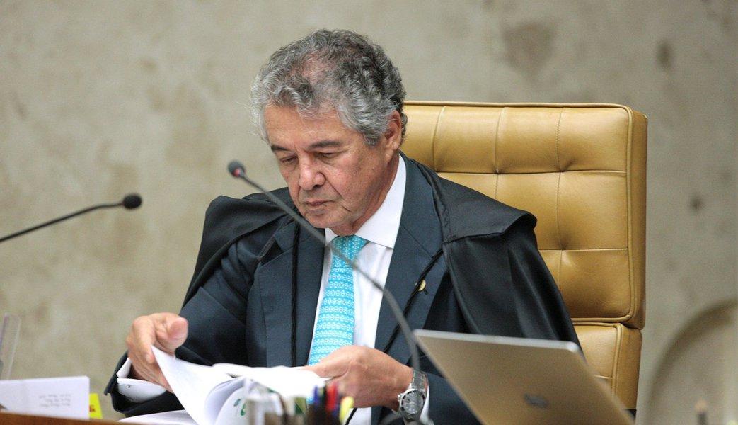 """O ministro Marco Aurélio Mello poderá pedir vistas do julgamento do habeas corpus preventivo do ex-presidente Lula nesta noite, forçando a suspensão do julgamento, cujo placar está em 5 a 1 contra o habeas corpus; """"Vejam só o que começa a correr no Supremo Tribunal Federal: que o ministro Marco Aurélio Mello pedirá vista do processo só para suspender o julgamento. Se pedir, o plenário terá que decidir se prorrogará o salvo conduto concedido a Lula para que ele não seja preso. Prorrogará!"""", disse o jornalista Ricardo Noblat pelo Twitter"""