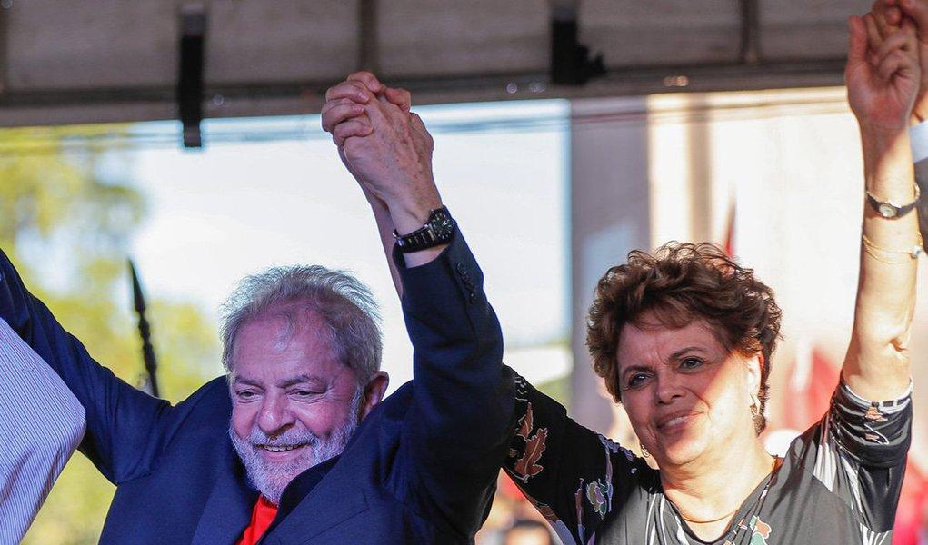 """A presidente deposta pelo golpe, Dilma Rousseff, avalia, em entrevista ao jornalista Renato Rovai, da Revista Fórum, que """"estão fazendo perseguição aberta"""" ao ex-presidente Lula """"porque todo golpe tem um problema para responder: como eu me reproduzo? Eu tenho que me reproduzir""""; segundo ela, a possibilidade de prisão de Lula é um""""prenúncio de que tem gente que pode querer que não tenhamos eleição em 18"""""""