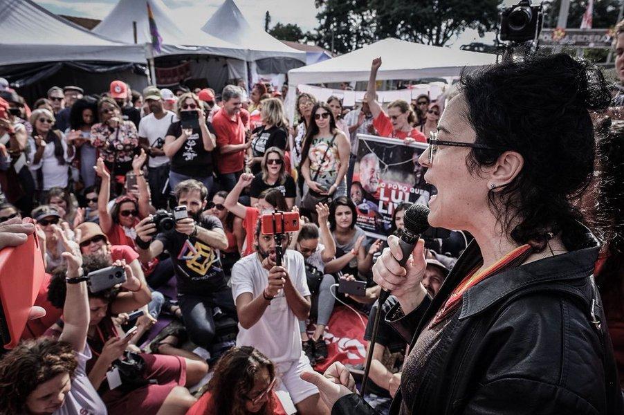 """Filósofa e escritora Marcia Tiburi esteve na Acampamento Lula Livre, em Curitiba, onde lançou seu livro Feminismo em Comum; ela permaneceu por cerca de três horas na vigília e conduziu o """"boa tarde"""" ao ex-presidente, diante da sede da Polícia Federal da capital paranaense, que o aprisiona desde 7 de abril. """"A gente deve vir pra cá com nossos esforços, porque nossos esforços pessoais, hoje, representam nosso desejo de política e democracia no Brasil. Isso é uma manifestação de amor, solidariedade, lucidez, amor ao conhecimento"""""""