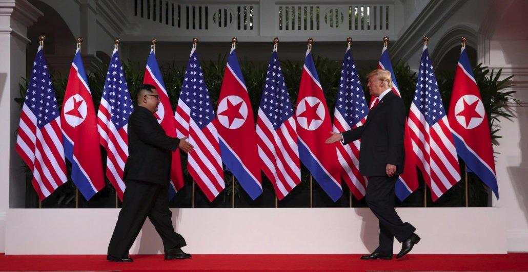 """Os pundits, ditos gurus opinativos convidados por oligopólios midiáticos liberais, estão confusos; buscam um quadro simples para narrar que ou os EUA """"venceram"""" na reunião pela qual o mundo esperava, entre Kim Jong-un e Donald Trump, nesta terça-feira (12), em Singapura, ou que Trump entregou o jogo; análise da especialista em Política Internacional, Moara Crivelente, doutoranda em Coimbra (Portugal)"""