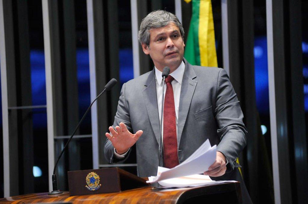"""O senador Lindbergh Farias (PT-RS) cobrou uma mudança de postura da esquerda brasileira; """"Chega de esquerda frouxa. Temos que nos preparar para um período de enfrentamento. Temos que aprender com os erros. Precisamos de outra esquerda, mais preparada para o enfrentamento""""; segundo o o congressista, de Curitiba, onde várias pessoas estão acampadas em solidariedade ao ex-presidente Lula,pode surgir uma nova """"vanguarda da esquerda brasileira"""""""