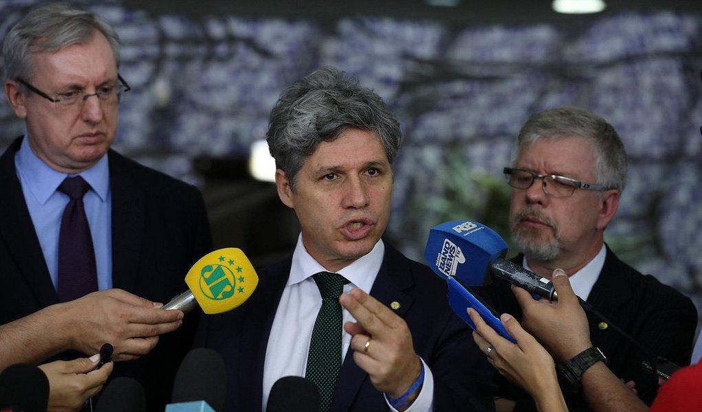 """A bancada do PT na Câmara anunciou que pedirá ao ministro da Segurança Pública, Raul Jungmann, que envie a PF para investigar os tiros disparados contra ônibus da caravana do ex-presidente Lula, no Paraná; o atentado foi um """"crime político"""", de acordo com os parlamentares; segundo eles, a Constituição determina a federalização em casos desta ordem; três deputados - Paulo Teixeira (SP), Marco Maia (RS) e Celso Pansera (RJ) - afirmaram que enviarão ações judiciais à PGR para denunciar a """"tentativa de assassinato"""" contra Lula e integrantes da caravana"""