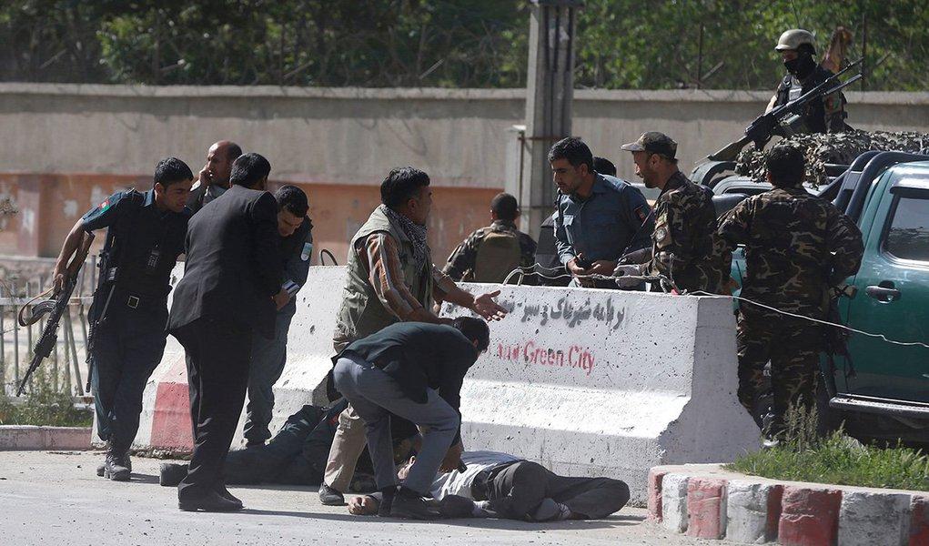 Policiais ajudam jornalistas vítimas de ataque no Afeganistão 30/04/2018 REUTERS/Omar Sobhani