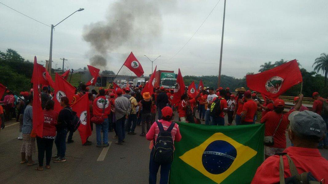 Cerca de 400 militantes do Movimento dos Trabalhadores Rurais Sem Terra fecharam a BR 381 (Fernão Dias), que dá acesso de São Paulo à capital Mineira; protesto, segundo o movimento, é contra a prisão arbitrária do ex-presidente Lula, o que faz parte da estratégia do projeto de retirada de direitos dos trabalhadores