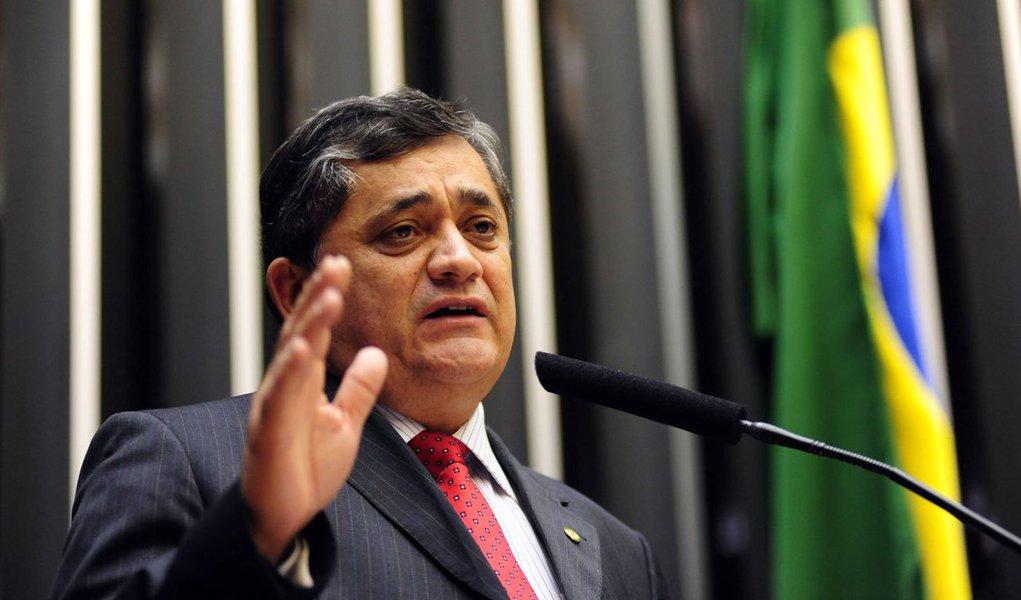 """Em visita ao Acampamento do povo cearense por Lula Livre neste domingo (15), o deputado federal José Guimarães (PT-CE) reafirmou que o PT vai registrar a candidatura de Lula à presidência e comentou a pesquisa Datafolha que mostra o ex-presidente com 31% das intenções de voto. """"Estão nos testando, mas vamos até o fim"""", disse"""