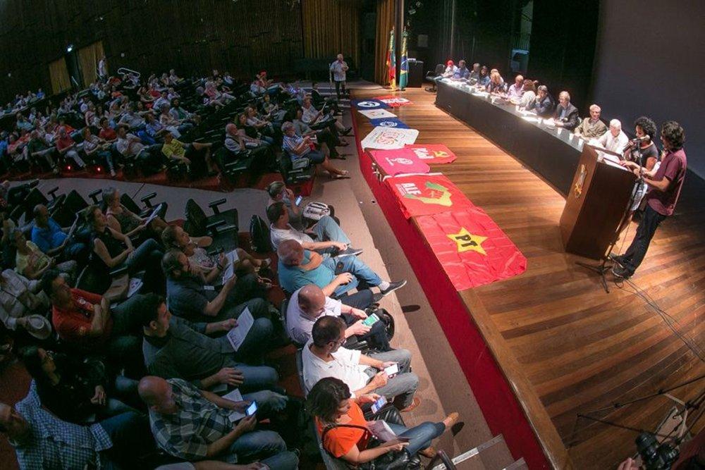 O lançamento da Frente Nacional pela Democracia, Soberania e Direitos do Povo foi feito no auditório da Assembleia Legislativa, em Porto Alegre, por partidos de esquerda, entidades sindicais e movimentos sociais; objetivo é convocar 'todos os setores comprometidos com os valores democráticos e estimular um amplo debate nacional contra o avanço do ódio, da intolerância e da violência'
