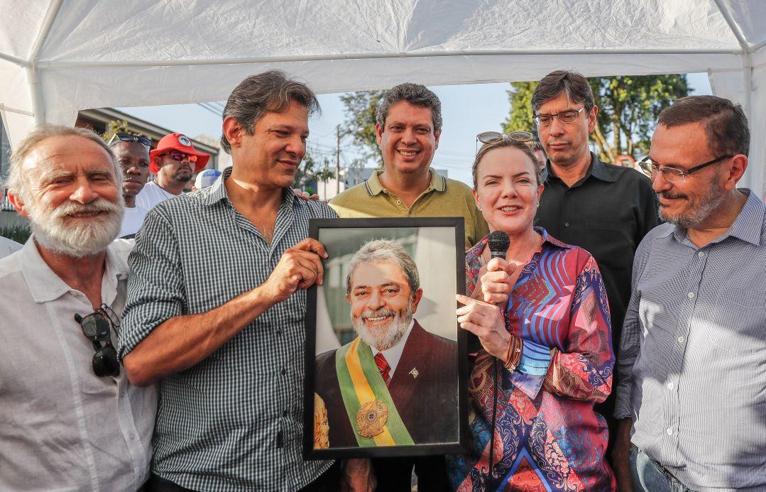 """A presidente do PT, senadora Gleisi Hoffmann, comentou no acampamento em Curitiba o pedido de transferência do ex-presidente Lula feito pela Polícia Federal; os policiais alegaram que os transtornos causados pela presença de Lula na PF são inúmeros e os gastos para mantê-lo, muito altos; """"A melhor solução para que o Estado brasileiro não gaste e que acabem os problemas do Judiciário paranaense é soltar o Lula. Em qualquer lugar que forem levar o presidente, a situação de acompanhamento, de requerimento de visita, vai continuar a mesma"""", rebateu Gleisi"""