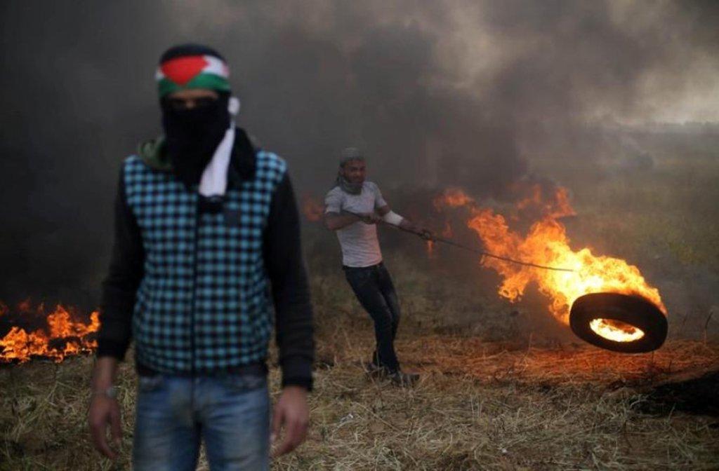 Disparos israelenses mataram um palestino na fronteira com Gaza e outro morreu em decorrência de ferimentos sofridos alguns dias atrás, elevando para 19 o número de palestinos mortos durante uma semana de protestos e violência; dezenas de milhares de palestinos iniciaram, na última sexta-feira, protestos de duração de seis semanas em acampamentos montados ao longo da fortificada fronteira da Faixa de Gaza; manifestantes pressionam por um direito de retorno para refugiados e seus descendentes para território que agora faz parte de Israel