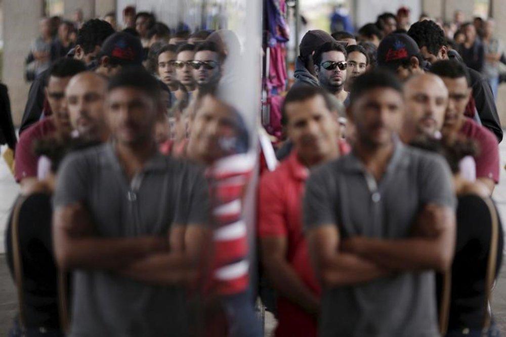 Pessoas em fila de agência de empregos em Brasília, no Brasil 08/03/2016 REUTERS/Ueslei Marcelino
