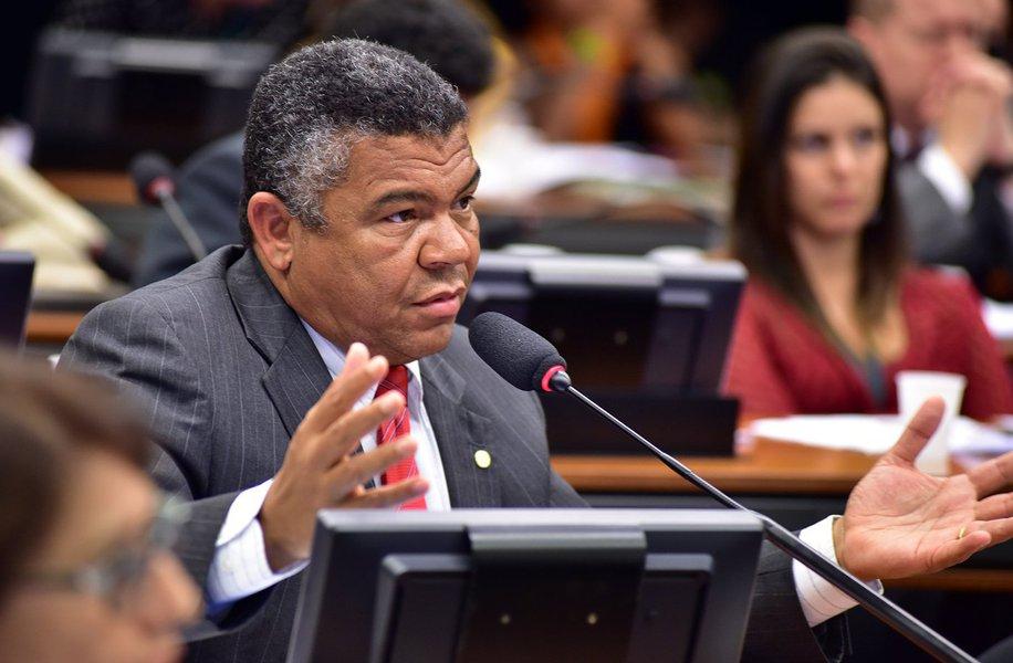 """Sobre os tiros contra a caravana do ex-presidente Lula, o deputado Valmir Assunção (PT-BA) afirmou que """"não adianta relativizar a violência, tentaram matar Lula""""; o parlamentar se mostrou indignado com a falta de segurança no estado paranaense administrado pelo governador Beto Richa (PSDB) e destacou que os ônibus atingidos por tiros levavam os jornalistas da imprensa nacional e internacional que cobrem a caravana de Lula pelo país; """"É, acima de tudo, um atentado contra a vida das pessoas. Lula não estava no ônibus, mas ele era o alvo dos fascistas"""""""