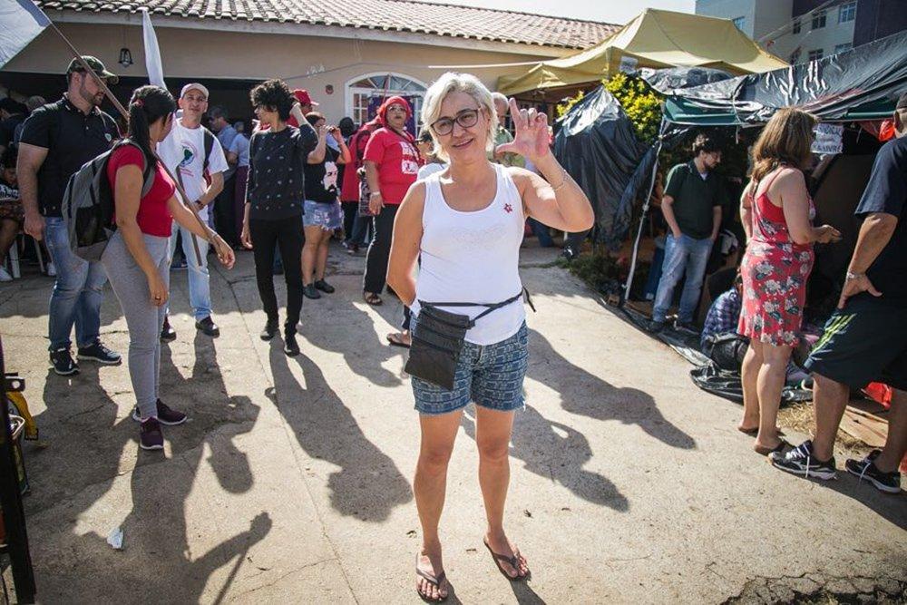 """Moradora nas imediações da PF em Curitiba, Regiane do Carmo Santos abriu os portões da sua casa para abrigar manifestantes que vieram participar das vigílias em defesa da libertação de Lula; ela diz que essa decisão mudou a sua vida: """"Você vê a luta, a causa e o sofrimento desse povo. Cada pessoa do MST que encontro, eu peço perdão pelo o que eu pensava deles. Eu ia pelo que a mídia falava""""; Regiane diz ainda que quer que Lula saia, """"mas vou ficar triste depois que esse pessoal for embora"""""""