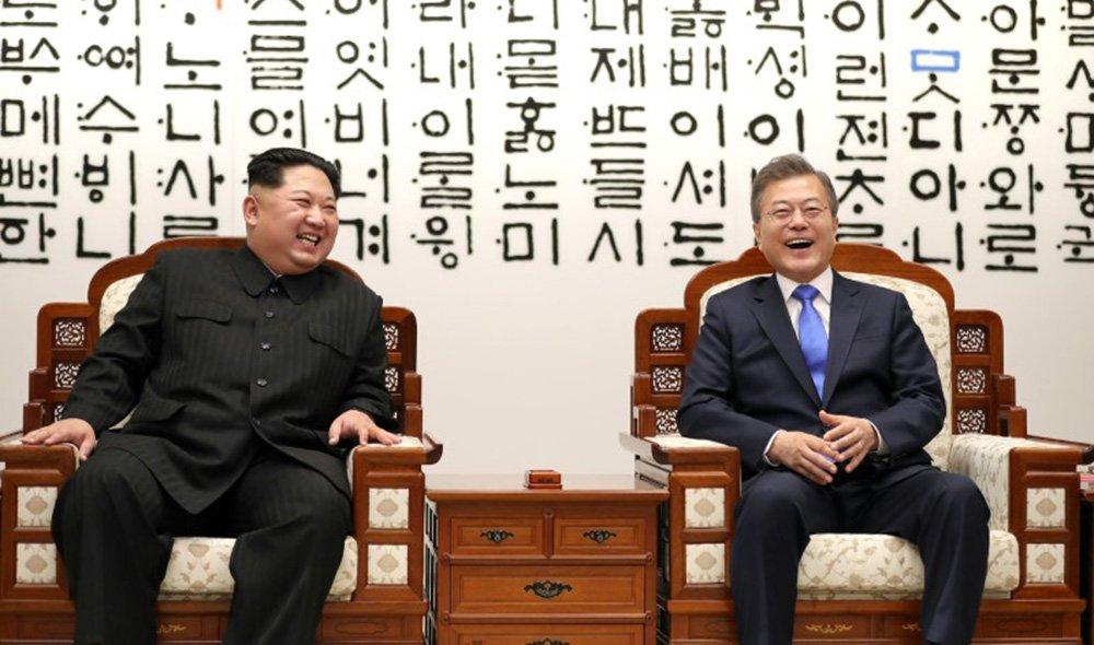 Presidente sul-coreano, Moon Jae-in, e líder norte-coreano, Kim Jong Un 27/04/2018 Korea Summit Press Pool/Pool via Reuters