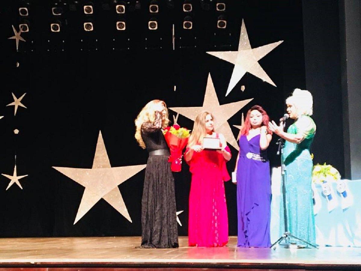 A deputada federal Luizianne Lins (PT-CE) foi homenageada durante a 35ª edição do Miss Gay Ceará. A parlamentar recebeu o título de madrinha do Miss Gay Ceará 2018, pela apresentação do projeto da Lei Dandara, que prevê tornar o LGBTCídio um crime hediondo
