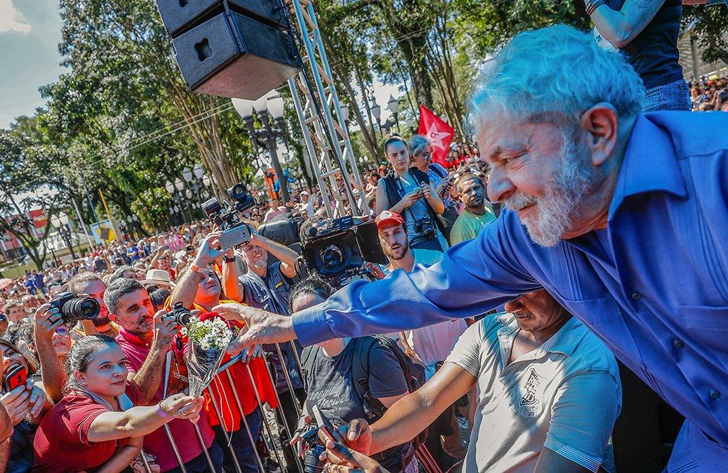 """Após manifestantes agredirem a caravana no Sul com ovos e pedradas, chegando a quebrar o para-brisa de um ônibus em São Miguel do Oeste (SC), o ex-presidente Lula afirmou que """"nunca tinha pensando que enfrentaríamos esse tipo de violência""""; """"Mas nós vamos terminar nossa caravana em Curitiba. E não aceitamos virar a outra face. Não nascemos pra bater, mas não vamos apanhar"""", disse; o ex-presidente voltou a negar ser proprietário do triplex no Guarujá (SP);""""Eu não respeito a decisão porque minha neta não vai precisar ter vergonha de um avô covarde. Eu quero agora mais do que nunca ser candidato à Presidência da República"""", acrescentou"""