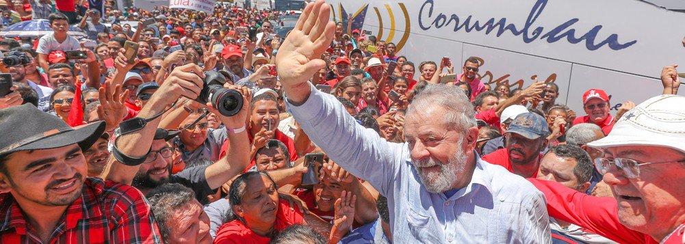 """Lula pode acatar a prisão. Sua voz não será calada. Seus pés de caminhante e sua palavra seguirão pelo país adentro numa caravana de solidariedade, em cada um que se integre nesse Lula coletivo: """"Eu sou Lula"""""""