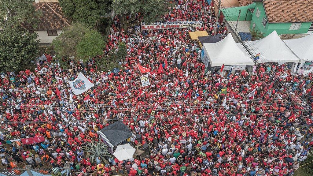 Neste 1º de Maio brasileiro de 2018, diante de uma reforma trabalhista pautada pelos interesses empresariais, o trabalhador brasileiro se depara com condições de trabalho semelhantes ao do século XIX, que mobilizaram os assalariados irem às ruas por seus direitos