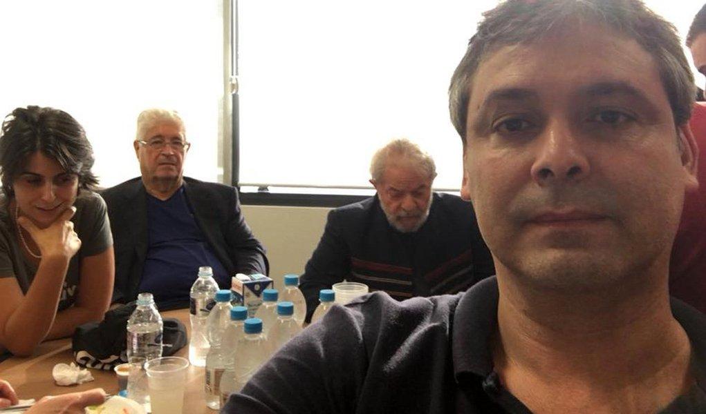 """Líder do PT no Senado, Lindbergh Farias (RJ) discursou no ato em São Bernardo e afirmou que não sabe se todos """"têm noção do momento histórico que é o dia de hoje""""; """"Só pode ser comparado ao suicídio de Getúlio Vargas"""", destacou; o senadorchamou o juiz Sergio Moro, de Curitiba, que determinou ilegalmente a prisão do ex-presidente Lula, de """"covarde"""" e""""fantoche da Rede Globo"""""""