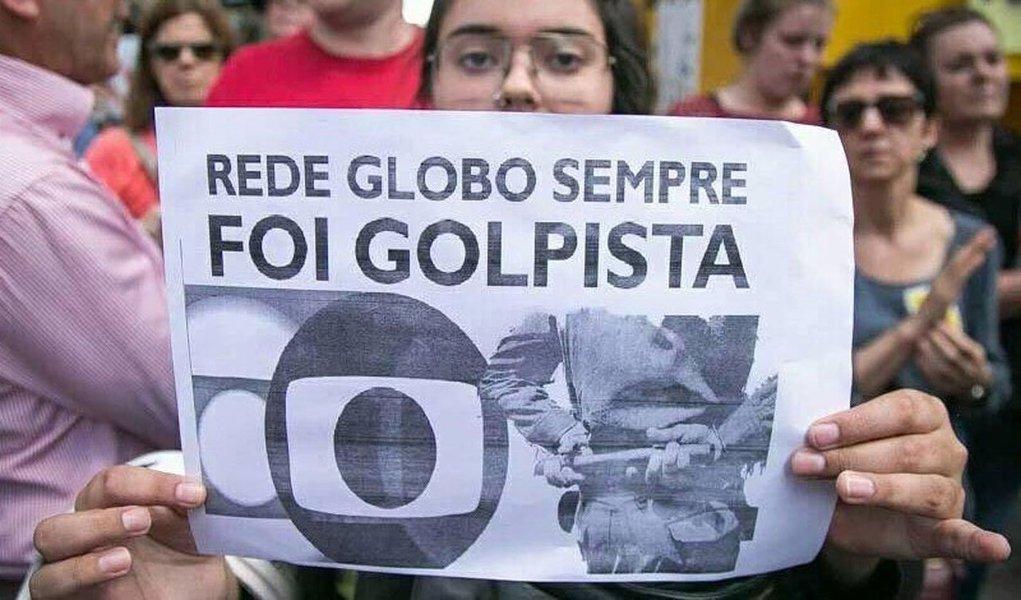 """Enquanto Lula e sua caravana derrotavam o fascismo em grande ato em São Leopoldo, na região metropolitana de Porto Alegre, no Rio Grande do Sul, a Rede Globo, no Jornal Nacional, confessava o caráter """"americano"""" da perseguição ao ex-presidente"""