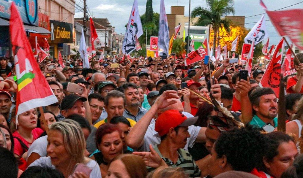 Um grupo de extremistas de direita do Rio Grande do Sul protagonizou ações covardes de violência, durante a passagem da caravana do ex-presidente Lula pelas cidades do estado. Ao longo do trajeto, o tom de agressividade foi subindo, ao ponto de serem registradas diversas agressões a mulheres, que participaram de atos em favor da democracia e do ex-presidente; a militante Deise Miron, de Cruz Alta, foi atacada com soco e chutes e precisou ser hospitalizada; assista sua declaração