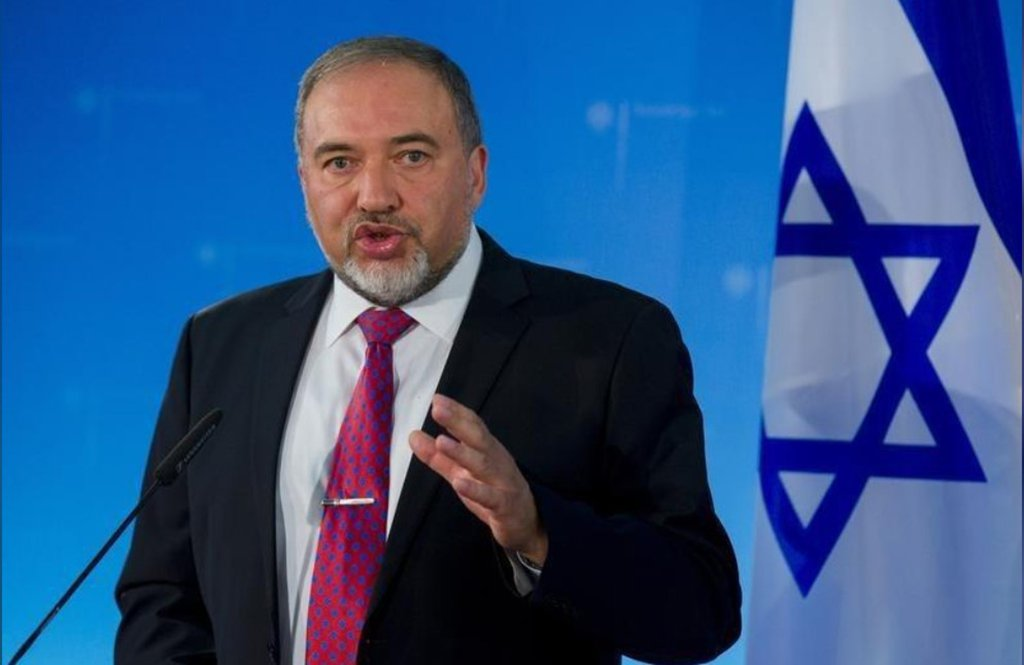 """Segundo o ministro da Defesa de Israel, Avigdor Lieberman, o País """"não interfere nos assuntos internos da Síria, mas por outro lado nós não permitiremos que o Irã alastre [o país] com sistemas de armas avançados que seriam direcionados contra Israel"""""""