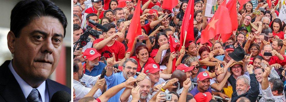 """Deputado federal Wadih Damous (PT-RJ) afirma em coletiva de imprensa que """"a caravana de Lula"""" ficou """"cercada por bandidos milicianos no Paraná""""; """"É uma estrada e a comitiva não tem como sair. Isso dá seguimento à complacência do governo do Paraná, assim como aconteceu em Santa Catarina e no Rio Grande do Sul"""", criticou o parlamentar; """"Isso é muito grave. Se algo acontecer quanto à integridade física de qualquer membro dessa comitiva é o governo federal que deve ser responsabilizado, assim como o governo do Paraná"""", acrescentou"""