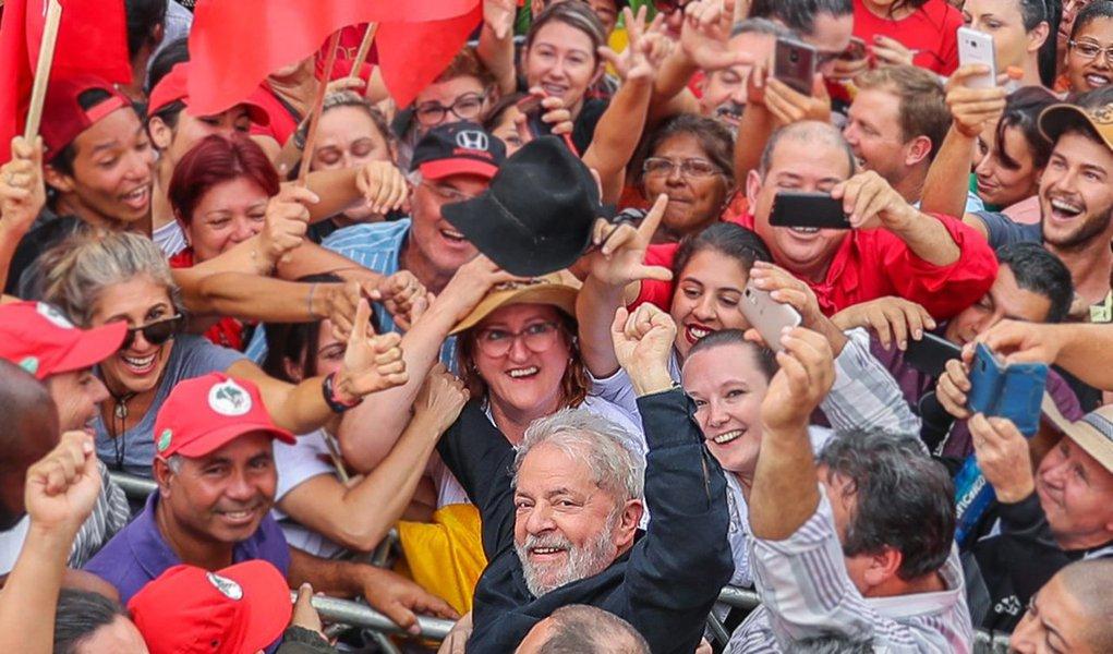 """""""Teremos dias difíceis, de muita instabilidade e pressões inconfessáveis até a primeira semana de abril. Não será fácil manter o acordo tácito para salvar a política. Numa situação normal diria que o ex-presidente seria preso e não sairia da cadeia antes das eleições. É a lógica natural do Golpe. Mas é normal um menino sair de pau de arara do interior de Pernambuco para se tornar o Presidente da República mais popular do planeta? Aguardemos os fatos, em se tratando de Lula, tudo pode acontecer"""", diz Ricardo Cappelli"""