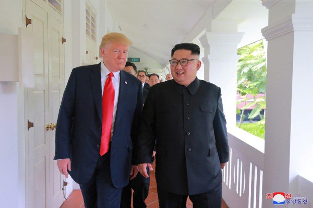 Trump e Kim Jong Un conversam em Cingapura 12/6/2018 KCNA via REUTERS