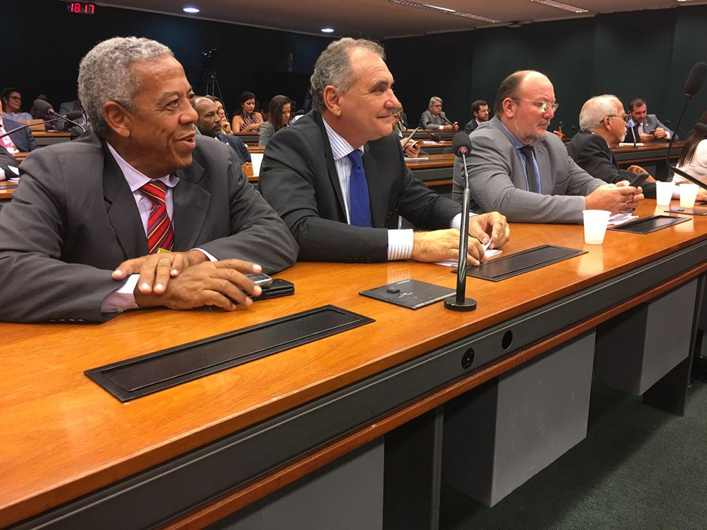 O deputado federal Nelson Pelegrino (PT-BA) entregou requerimento ao presidente da Petrobras, Pedro Parente, com 29 questionamentos sobre o fechamento das unidades da Fábrica de Fertilizantes Nitrogenados (Fafen); o congressista incluiu a representação dos trabalhadores, com a participação da Federação Única dos Petroleiros, no Grupo de Trabalho (GT) que tratará do futuro das unidades, situadas em Camaçari (Bahia) e em Laranjeiras (Sergipe)