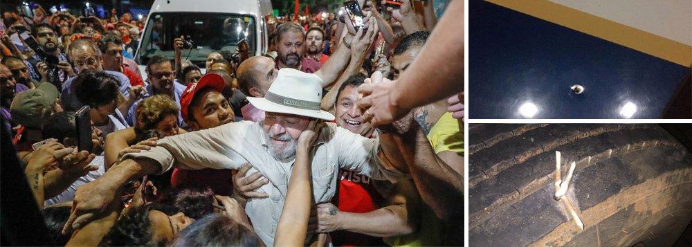 """""""Sabemos que a resistência democrática entrou numa nova fase, marcada pelo desafio da violência aberta. Os riscos de um atentado a vida de Lula não podem ser minimizados nem por um minuto"""", diz o colunista do 247 Paulo Moreira Leite, ao analisar os efeitos da tentativa de assassinato do ex-presidente durante ataque a tiros a ônibus de sua caravana; PML diz, no entanto, que os novos cuidados com a segurança de Lula não podem, """"em momento algum, levar a um enfraquecimento de suas ligações com o povo""""; """"A mais eficiente forma de defesa de Lula reside na mobilização popular e no reforço de seus laços com o povo. Ali se encontra a força capaz de garantir sua proteção"""""""