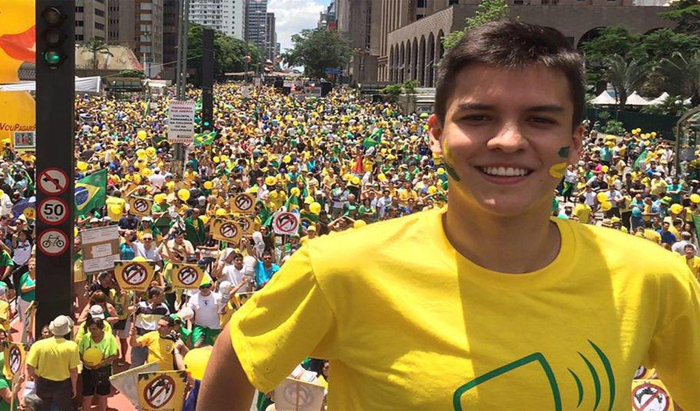 O líder nacional do movimento virtual #VemPraRua, que apoiou o impeachment da ex-presidente Dilma Rousseff (PT), Julio César Castro Lins Barroso, 19, foi nomeado como chefe de Divisão de Articulação Política no gabinete do vice-prefeito de Manaus, Marcos Rotta (PSDB), no dia 9 de janeiro de 2017, com um salário mensal de R$ 4.600; segundo servidores da Prefeitura de Manaus, Julio Lins – como é conhecido – nunca desenvolveu, em 14 meses de trabalho, uma atividade concreta na capital inerente a sua função