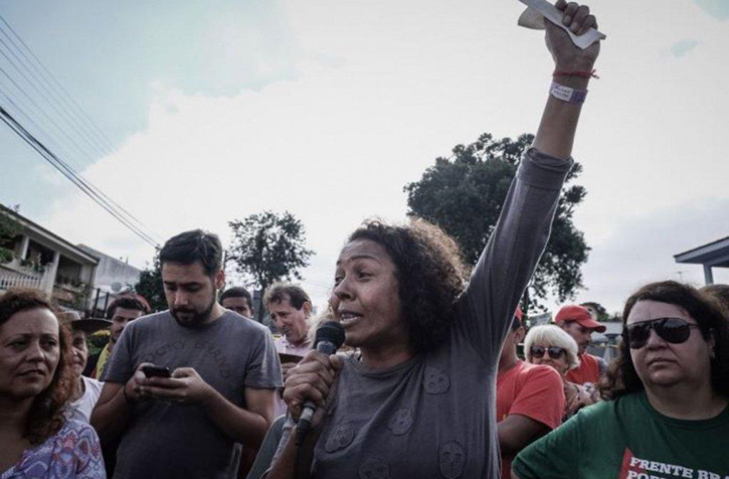 """Edna Dantas, coordenadora do acampamento Marisa Letícia, alvo de tiros, disse criticou a omissão da segurança pública do Paraná; """"A segurança pública está sendo omissa, ela está protegendo os nossos agressores"""", disse; """"Estamos sendo perseguidos por defendermos uma ideia, porém as balas não irão nos calar"""""""