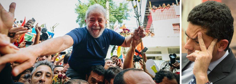 """""""Nada disto tem a ver com direito, mas com política, ou melhor dito, com violência política. E não começou agora"""", afirma o ex-primeiro-ministro de Portugal José Sócrates, ao comentar a prisão do ex-presidente Lula; """"O objetivo do golpe político nunca foi só tirar Dilma do poder, mas tirar Lula da galeria dos presidentes. O que a direita política brasileira nunca tolerou foi conviver com a memória do melhor e mais improvável presidente do Brasil democrático"""", diz Sócrates; leia a íntegra"""