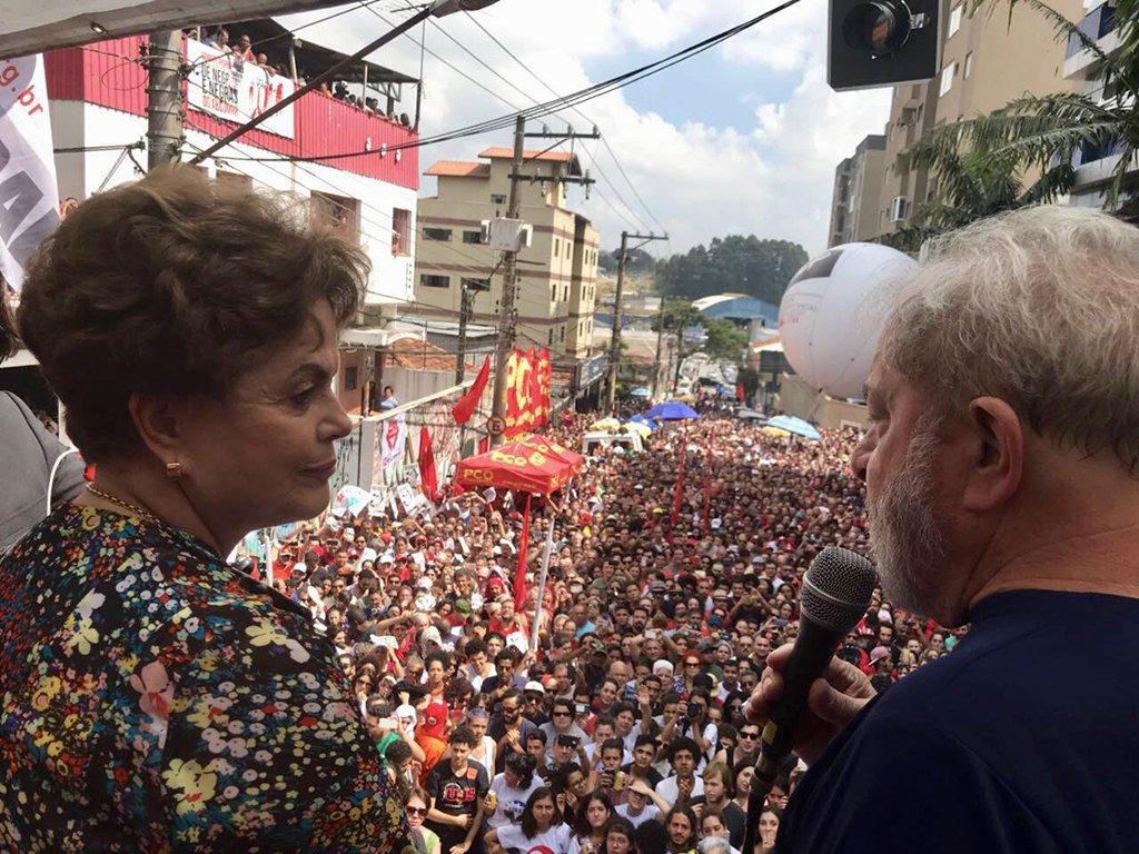 """Em discurso histórico em São Bernardo do Campo (SP), o ex-presidente Lula fez uma homenagemà presidente deposta pelo golpe, Dilma Rousseff; """"Quero agradecer a esta mulher. A mais injustiçada das mulheres que um dia ousaram fazer política neste País.Eu quero ser testemunha de vocês.A Dilma foi a pessoa que meu deu a tranquilidade de fazer quase tudo que eu consegui fazer na presidência da República, pela confiança, pela seriedade e pela competência técnica da Dilma.Sou grato de coração.Não teria sido o que fui sem a Dilma"""", disse"""