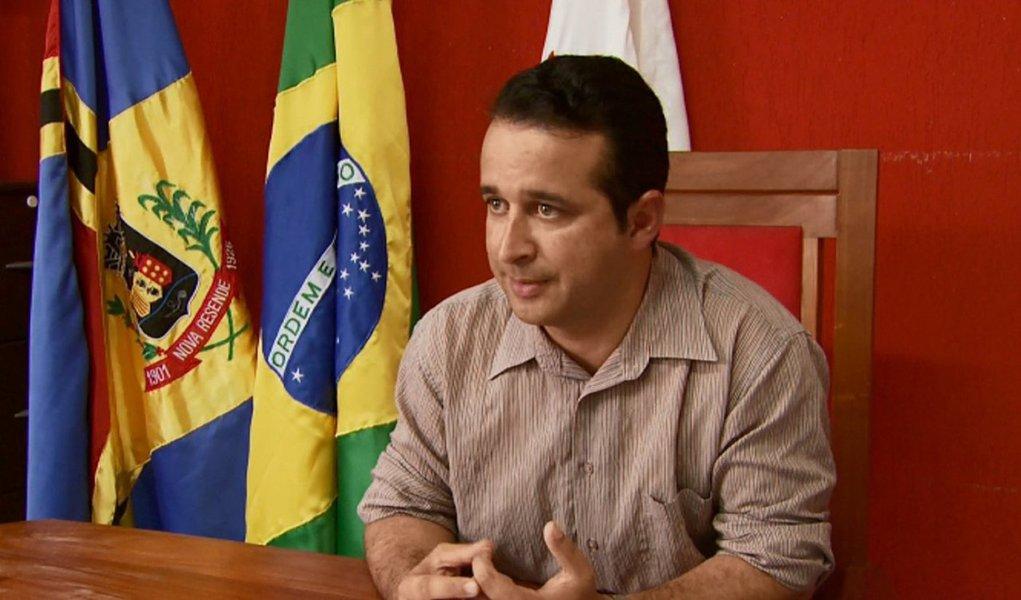 O prefeito de Nova Resende, Celson José de Oliveira (PT), foi encontrado morto com uma corda no pescoço na sede de uma rádio comunitária, onde apresentava um programa; as circunstâncias da morte e quem encontrou o corpo estão sendo investigadas; peritos foram ao local, mas ainda não é possível afirmar a causa da morte; Celson foi eleito pela primeira vez em 2012 e reeleito em 2016, com mais de 63% dos votos; no lugar dele assume o vice, José Roberto Rodrigues (PT do B)