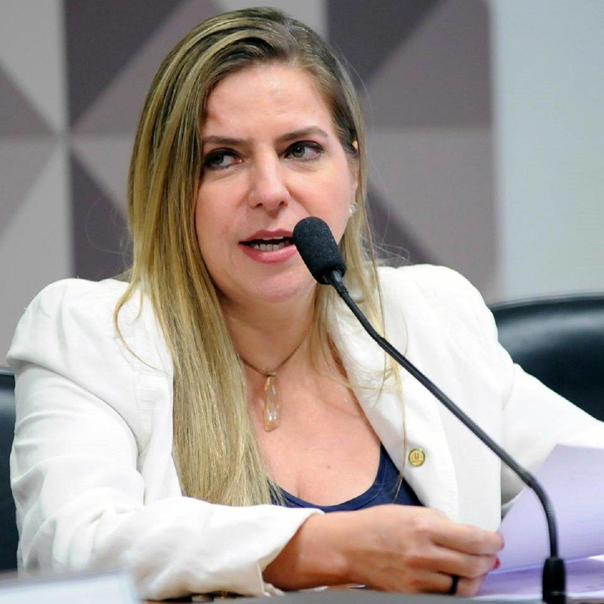 """Manifestando o sentimento coletivo de indignação e revolta dos apoiadores do ex-presidente Luis Inácio Lula da Silva com a decisão de ontem do Supremo Tribunal Federal (STF), que negou o Habeas Corpus a Lula e abriu caminho para a decretação de sua prisão, a deputada federal Luizanne Lins (PT-CE) criticou o resultado do julgamento. """"Justiça não é perseguição política! Passaram por cima da Constituição"""""""