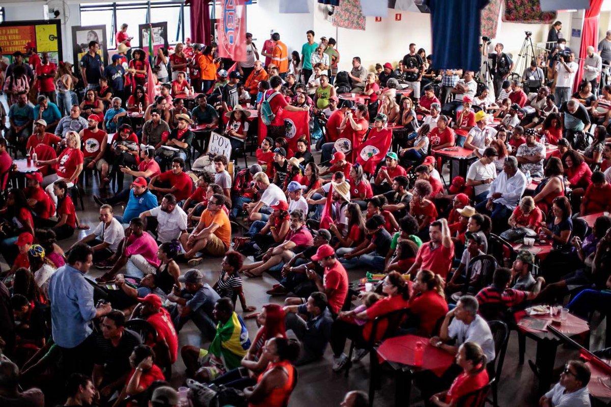 O ex-presidente Lula acompanha no Sindicato dos Metalúrgicos do ABC a sessão do Supremo Tribunal Federal que julga o seu habeas corpus; no local, estão a militância contra a prisão em segunda instância, lideranças dos movimentos sociais e a imprensa nacional e internacional
