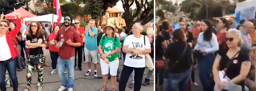 """Dezenas de docentes de diversas áreas da Universidade Federal do Paraná (UFPR), onde Sergio Moro também lecionava, até pedir licença para ir para os Estados Unidos, estão discursando nesta tarde no acampamento próximo à Polícia Federal e gritando """"Lula Livre""""; """"Aquela universidade não é branca, não é Sérgio Moro. Aquela não é a universidade do Sergio Moro"""", discursou um líder estudantil; assista"""